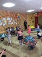 Ребята из старшей группы исполнили танец с зонтиком!