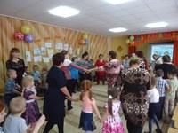 Внуки пригласили любимых бабушек и дедушек на общий танец.